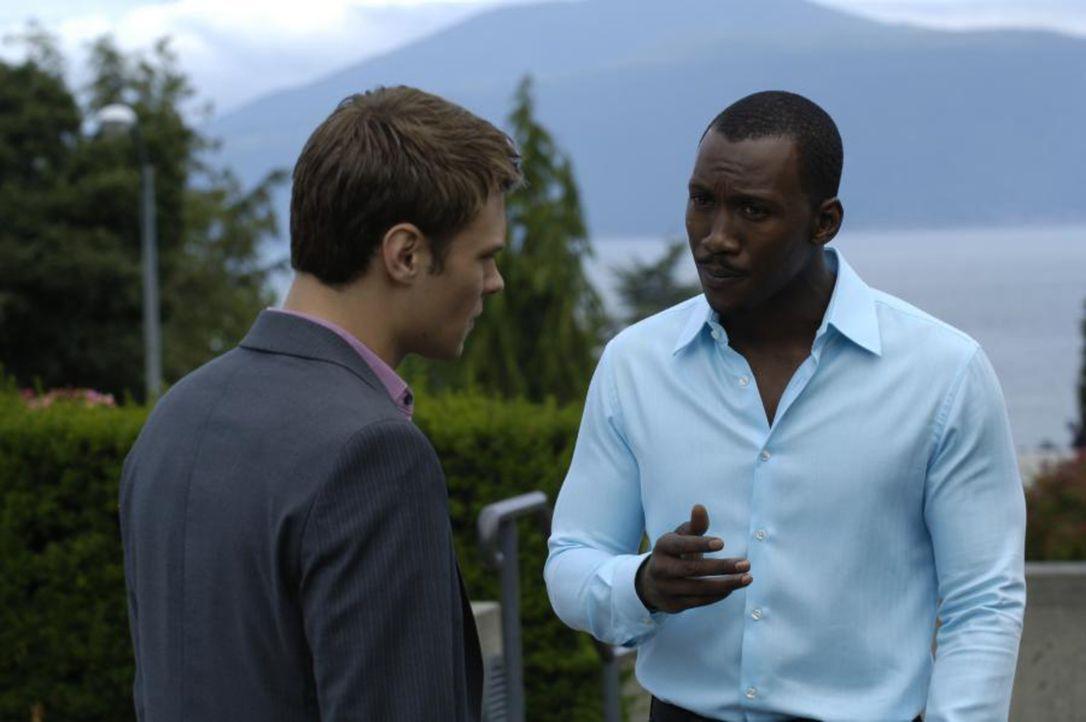 In einem privaten Gespräch mit Richard (Mahershalalhashbaz Ali, r.) versucht Shawn (Patrick Flueger, l.) ihn davon zu überzeugen, dass Jordans Plan... - Bildquelle: Viacom Productions Inc.