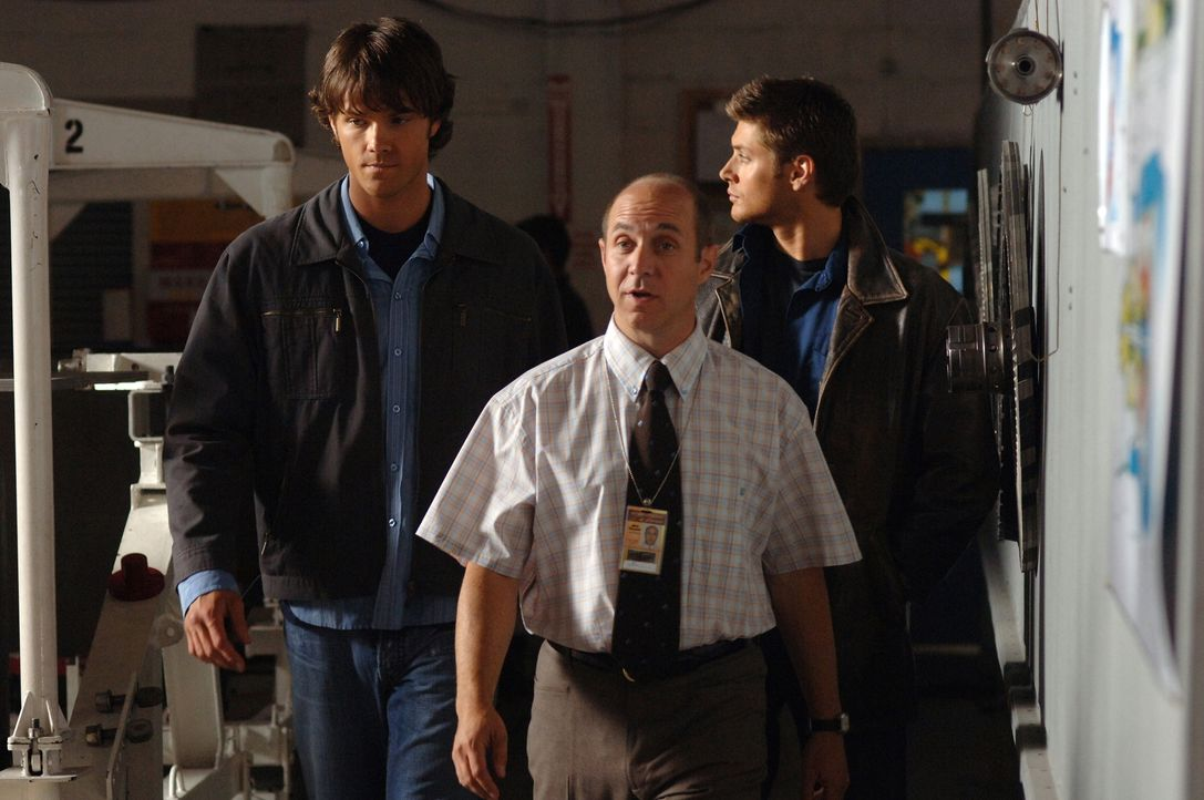 Jerry (Brian Markinson, M.), ein alter Freund von Sams (Jared Padalecki, l.) und Deans (Jensen Ackles, r.) Vater, bittet die beiden um Hilfe einen m... - Bildquelle: Warner Bros. Television
