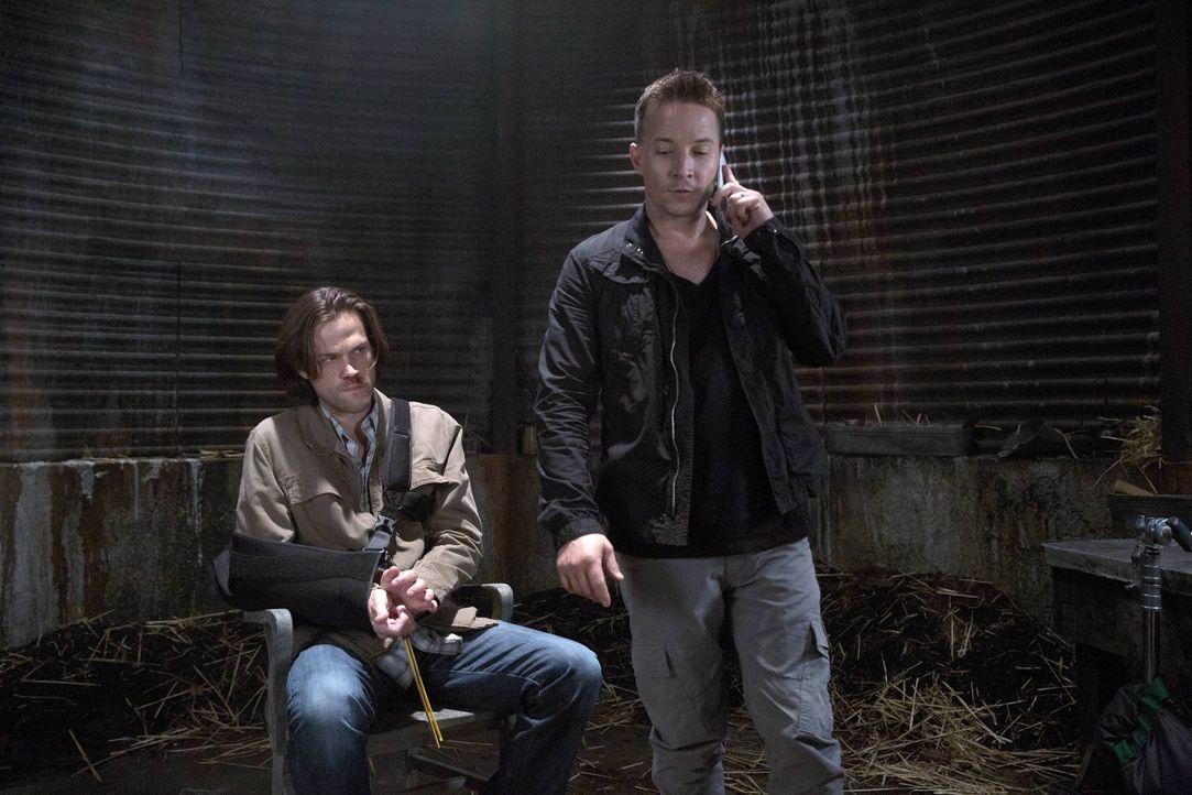 Während Sam (Jared Padalecki, l.) für Cole Trenton (Travis Aaron Wade, r.) als Druckmittel dienen soll, müssen sich Castiel und Hannah mit zwei Enge... - Bildquelle: 2016 Warner Brothers