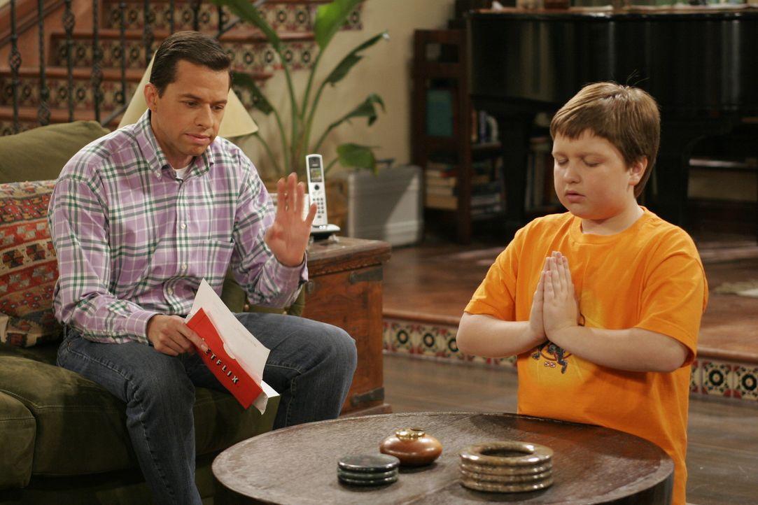 Alan (Jon Cryer, l.) kann Jakes (Angus T. Jones, r.) Verhalten nicht ertragen ... - Bildquelle: Warner Brothers Entertainment Inc.