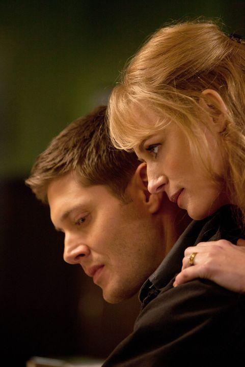Eve (Samantha Smith, r.) weiß genau, wie sie sich die Menschen gefügig machen kann, aber Dean (Jensen Ackles, l.) hat auch seine Pläne ... - Bildquelle: Warner Bros. Television
