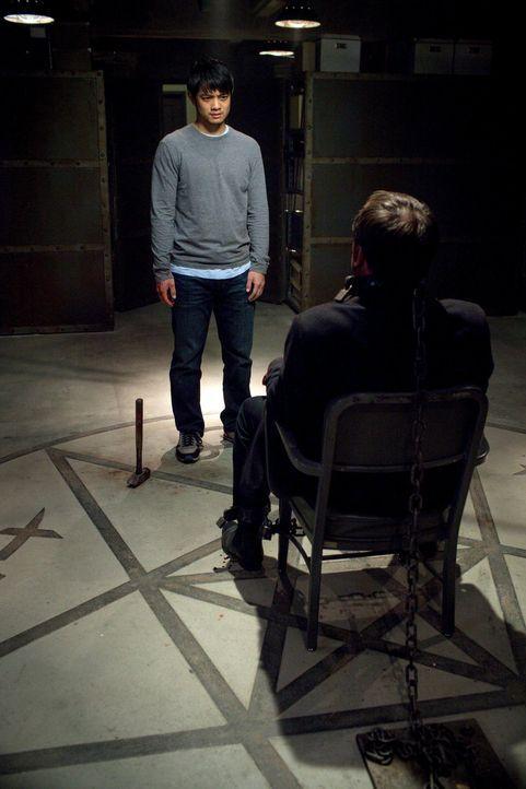 Obwohl ihm die Winchesters geraten haben sich von Crowley (Mark Sheppard, r.) fernzuhalten, stattet Kevin (Osric Chau, l.) ihm einen Besuch ab - kei... - Bildquelle: 2013 Warner Brothers
