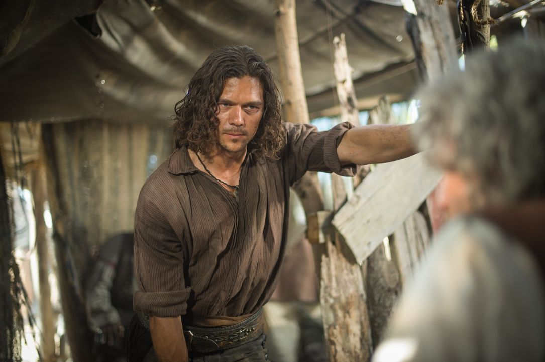 In Kapitän Hornigold (Patrick Lyster, r.) finden John Silver (Luke Arnold, l.) und Flint einen Verbündeten ... - Bildquelle: 2015 Starz Entertainment LLC, All rights reserved.