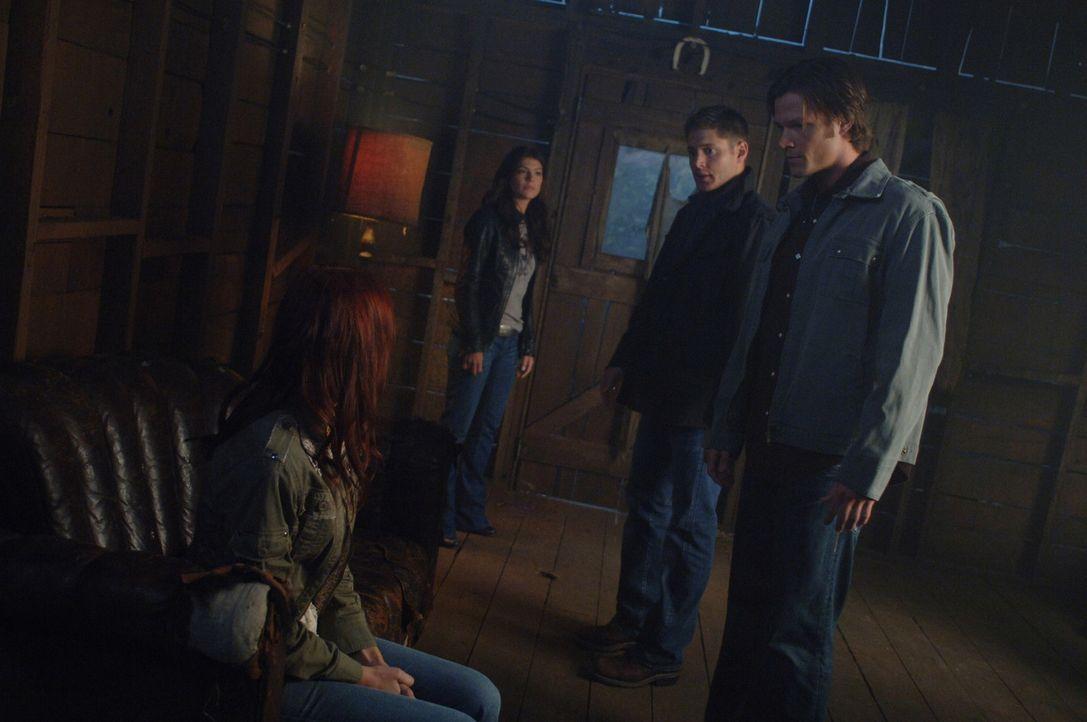 Sam (Jared Padalecki, r.) und Dean (Jensen Ackles, 2.v.r.) erfahren von Ruby (Genevieve Cortese, 2.v.l.), dass der sehr mächtige Dämon Alastair au... - Bildquelle: Warner Brothers