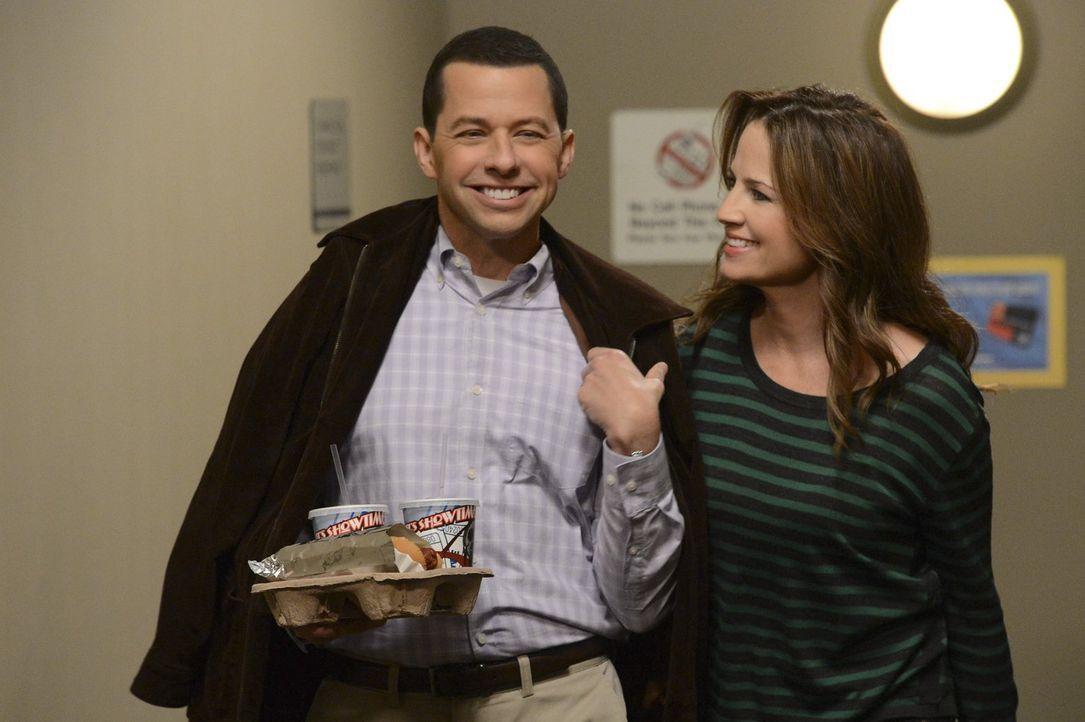 Während Alan (Jon Cryer, l.) von seiner neuen Freundin (Paula Marshall, r.) eher wie eine Frau als wie ein Mann behandelt wird, geht ein Date von Wa... - Bildquelle: Warner Brothers Entertainment Inc.