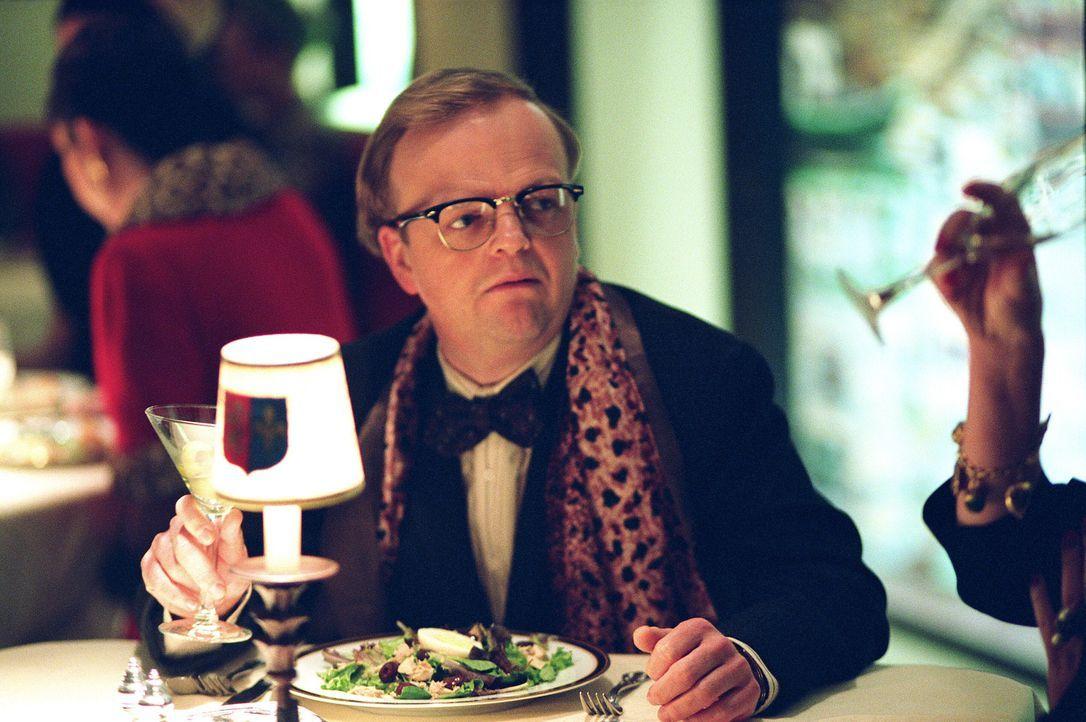 """Nachdem der Erfolg von """"Frühstück bei Tiffany"""" seinen Ruhm gefestigt hat, reist Capote (Toby Jones) mit seiner Jugendfreundin nach Kansas, wo er ein... - Bildquelle: Warner Brothers International Television Distribution Inc."""