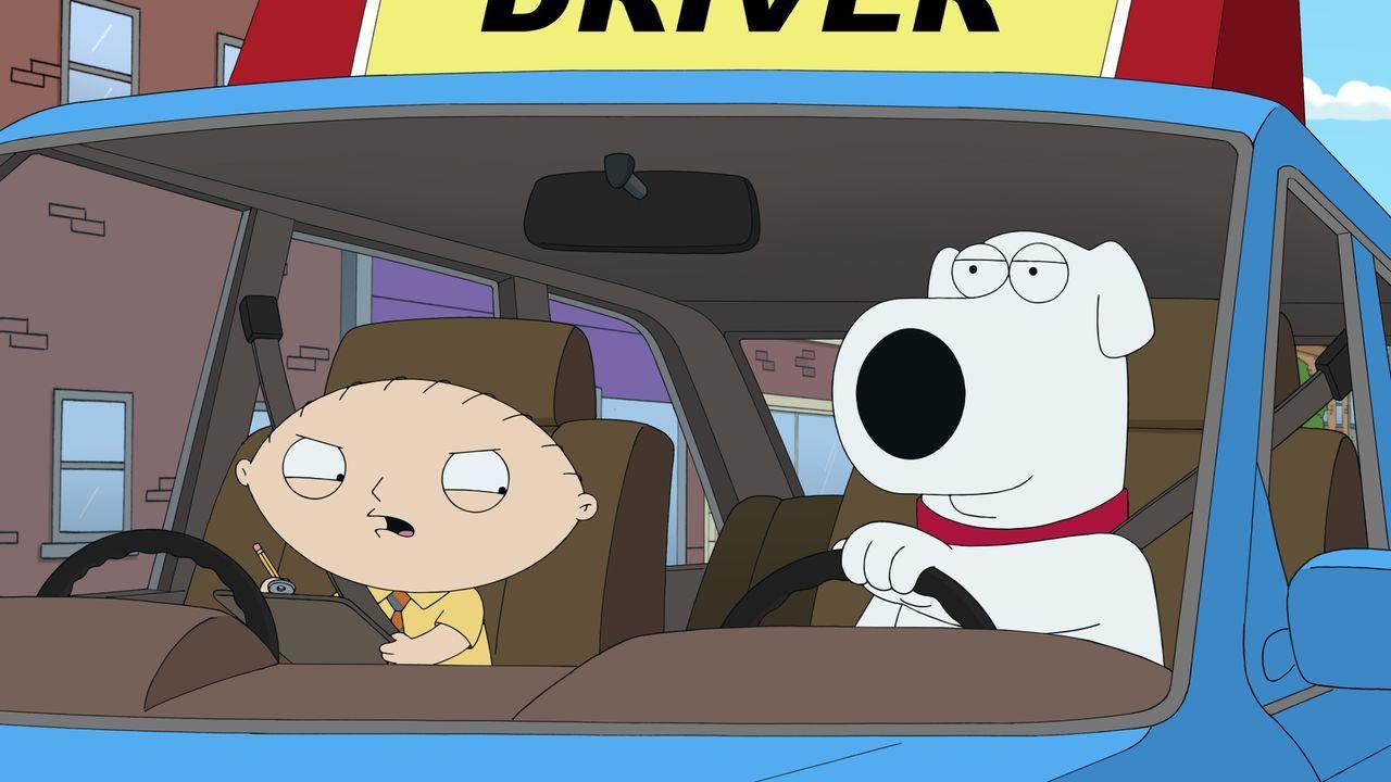 Während sein neuer Chef Peter das Leben zur Hölle macht, möchte Stewie (l.) Brian (r.) dabei helfen, seinen Führerschein zurückzubekommen ... - Bildquelle: 2016-2017 Fox and its related entities. All rights reserved.