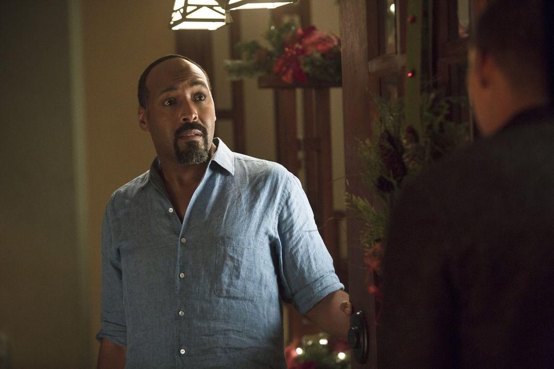 Für Joe (Jesse L. Martin) könnte dieses Weihnachten ein ganz besonders werden ... - Bildquelle: 2015 Warner Brothers.