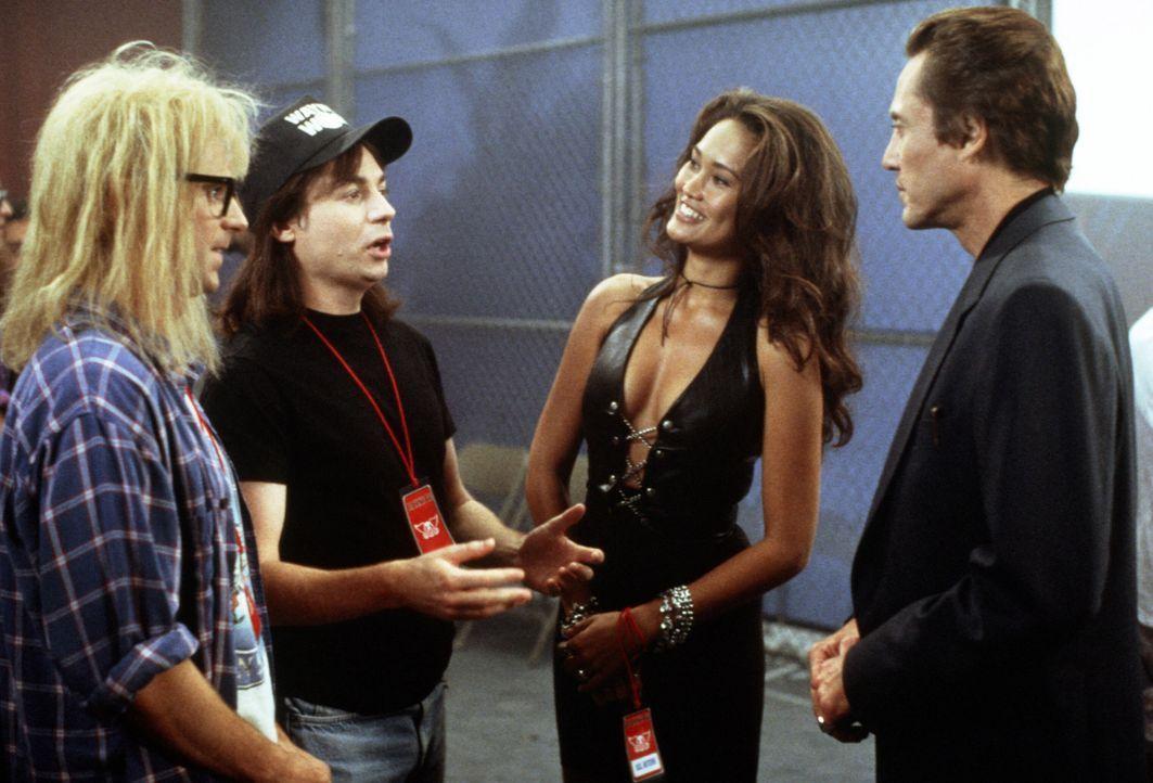 Garth (Dana Carvey, l.), Wayne (Mike Myers, 2.v.l.), Cassandra (Tia Carrere, 2.v.r.) und ihr Manager Bobby (Christopher Walken, r.) fiebern dem groß... - Bildquelle: Paramount Pictures