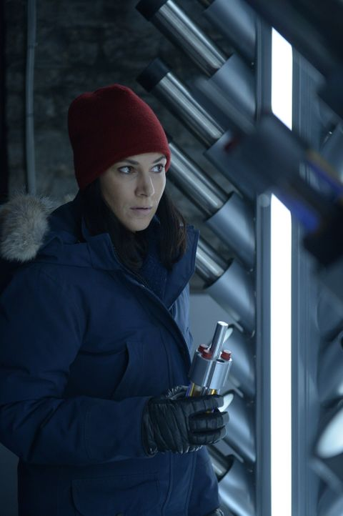 Julia (Kyra Zagorsky) ist geschockt, welche Krankheiten sie auf Ebene X entdeckt. Währenddessen trifft Daniel eine schwerwiegende Entscheidung ... - Bildquelle: 2014 Sony Pictures Television Inc. All Rights Reserved.
