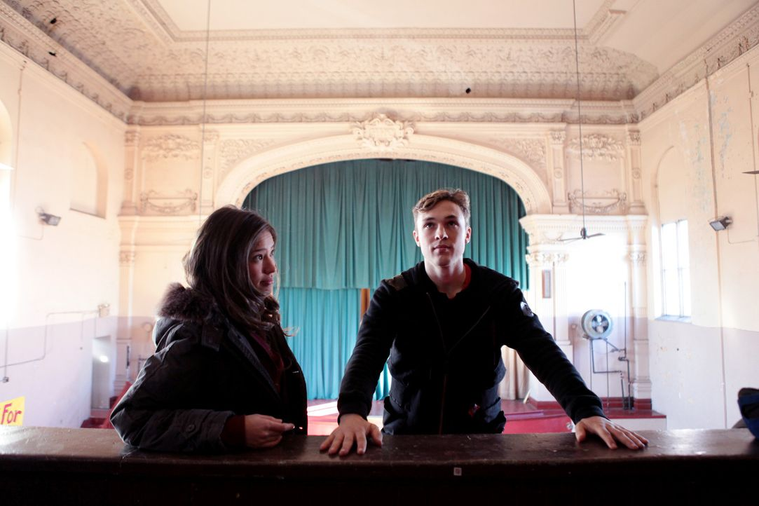 Daniel (William Moseley, r.) verliebt sich in Marks Schwester Emily (Kelsey Chow, l.), die genau wie er ein Geheimnis hat ... - Bildquelle: RUN THE MOVIE LLC 2011