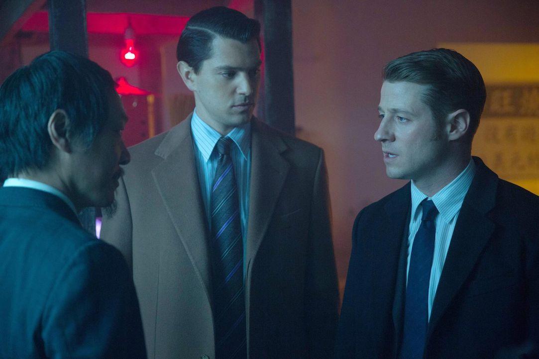 Gordon (Ben McKenzie, r.) und Harvey Dent (Nicholas D'Agosto, M.) versuchen weiter, etwas über Comissioner Loeb herauszubekommen. Doch wird ihnen Xi... - Bildquelle: Warner Bros. Entertainment, Inc.