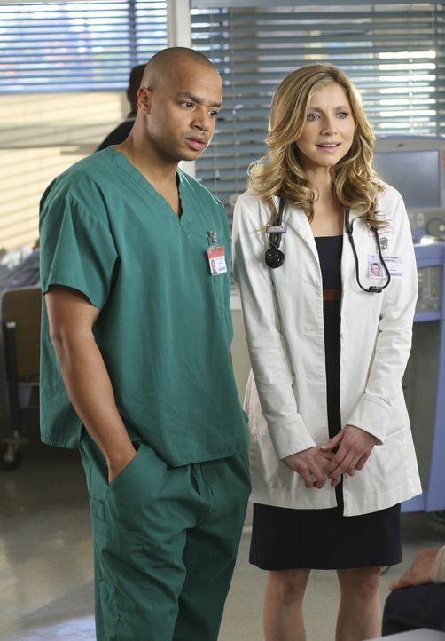 Elliot (Sarah Chalke, r.) wird von Katie angeschwindelt, damit diese Turk (Donald Faison, l.) helfen kann ... - Bildquelle: Touchstone Television