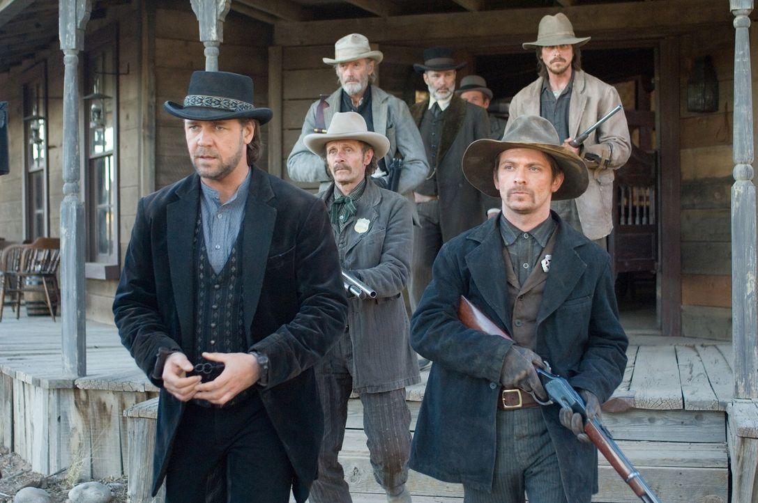 Eine Handvoll Männer riskieren ihr Leben, um den berüchtigten Banditen Ben Wade (Russell Crowe, l.) zu dem Zug zu bringen, der ihn ins Staatsgefängn... - Bildquelle: 2007 Yuma, Inc. All Rights Reserved.