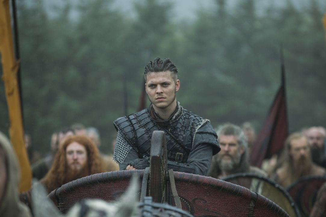 Auf dem Schlachtfeld muss sich Ivar (Alex Høgh Andersen) schließlich fragen, ob er einem alten Feind als neuem Verbündeten wirklich trauen kann ... - Bildquelle: 2017 TM PRODUCTIONS LIMITED / T5 VIKINGS III PRODUCTIONS INC. ALL RIGHTS RESERVED.
