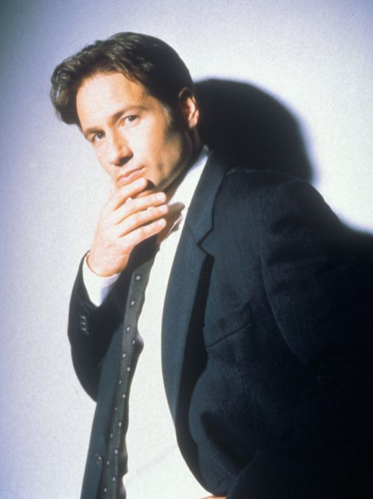 (5. Staffel) - FBI-Agent Fox Mulder (David Duchovny) befasst sich mit der Aufklärung längst abgelehnter Fälle ... - Bildquelle: TM +   2000 Twentieth Century Fox Film Corporation. All Rights Reserved.