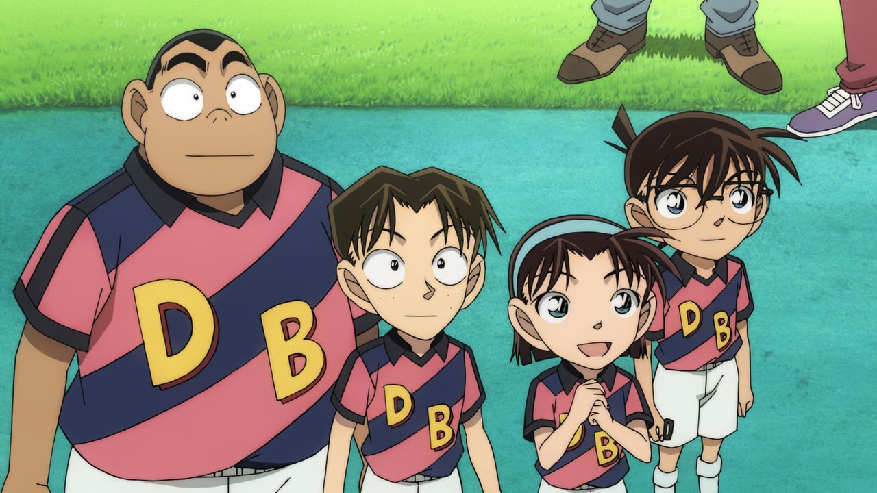 Conan (r.), der gemeinsam mit den Detective Boys die Mannschaft der Tokyo Spirits anfeuert, findet heraus, dass sich die Bombe im Stadion befindet.... - Bildquelle: GOSHO AOYAMA / DETECTIVE CONAN COMMITTEE