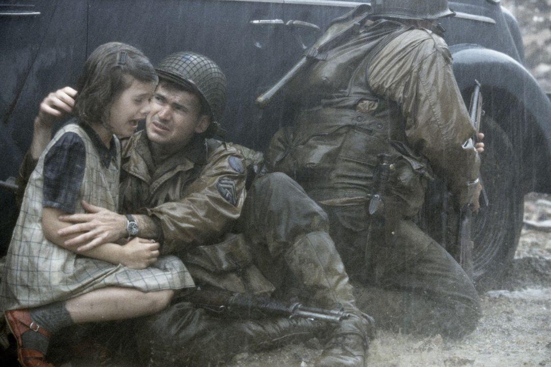 In ihrer Verzweifelung bitten die französischen Dorfbewohner, Corporal Upham (Jeremy Davies), das kleine Mädchen vor den angreifenden deutschen Trup... - Bildquelle: United International Pictures