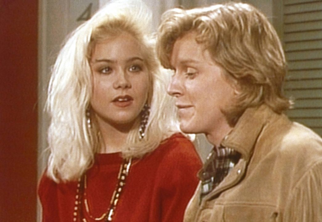 Kelly (Christina Applegate, l.) schlägt Jimmy (John Dennis Johnston, r.) vor, sich seinen Namen auf den Arm tätowieren zu lassen. - Bildquelle: Sony Pictures Television International. All Rights Reserved.