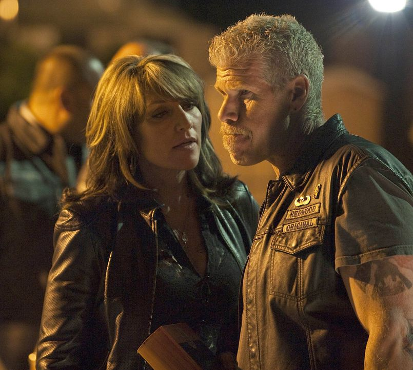 Der Boss einer Neonazi-Gruppe droht Clay (Ron Perlman, r.) damit, seiner Frau Gemma (Katey Sagal, l.) etwas anzutun, sollte er den Waffenhandel nich... - Bildquelle: 2009 Twentieth Century Fox Film Corporation and Bluebush Productions, LLC. All rights reserved.
