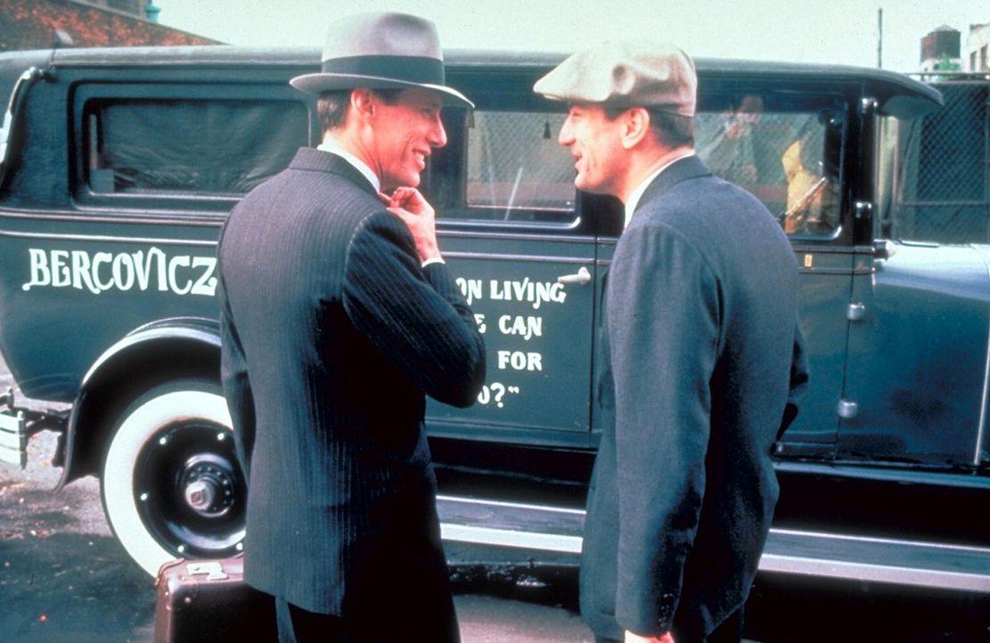 Als Noodles (Robert De Niro, r.) nach zehn Jahren aus dem Gefängnis entlassen wird, nimmt ihn sein alter Freund Max (James Woods, l.) in sein gut o... - Bildquelle: Warner Bros.