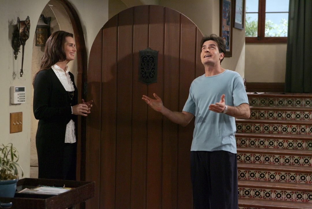 Charlie (Charlie Sheen, r.) will Danielle (Brooke Shields, l.)  und Alan verkuppeln, damit Alan zu ihr zieht und er sein haus wieder für sich hat. D... - Bildquelle: Warner Brothers Entertainment Inc.