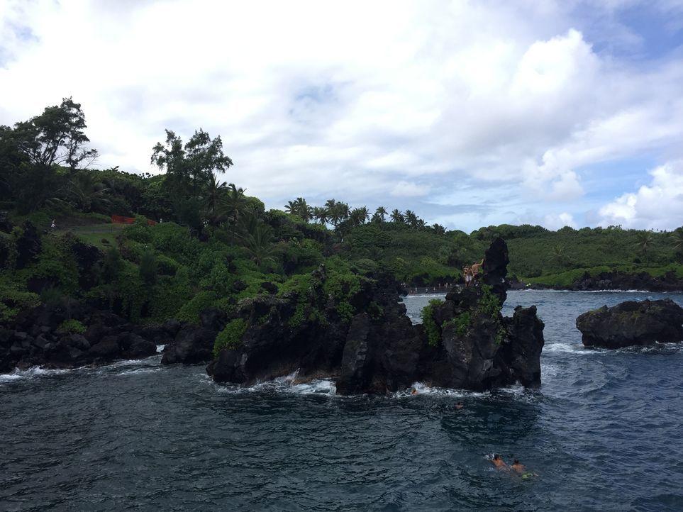 """Der """"Wai'anapanapa State Park"""" auf Maui, Hawaii, bietet einen schwarzen Sandstrand und tolle Aussichten ... - Bildquelle: 2016, The Travel Channel, L.L.C. All Rights Reserved."""