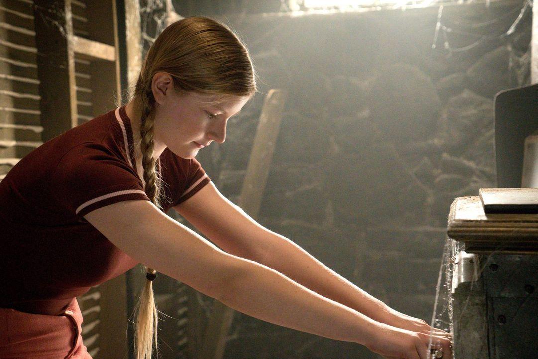 Im Jahre 1973 macht die junge Suzie (Branda Bakke) im Haus ihrer Eltern eine seltsame Entdeckung, nicht ahnend, welche Mächte sie entfesselt hat. Un... - Bildquelle: 2016 Warner Brothers