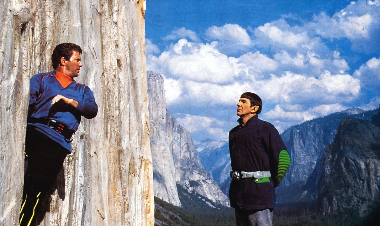 Mr. Spock (Leonard Nimoy, r.) kann für Captain Kirks (William Shatner, l.) sportliche Ambitionen beim Bergsteigen nur mitleidiges Bedauern empfinden... - Bildquelle: 2003 By Paramount Pictures All Rights Reserved