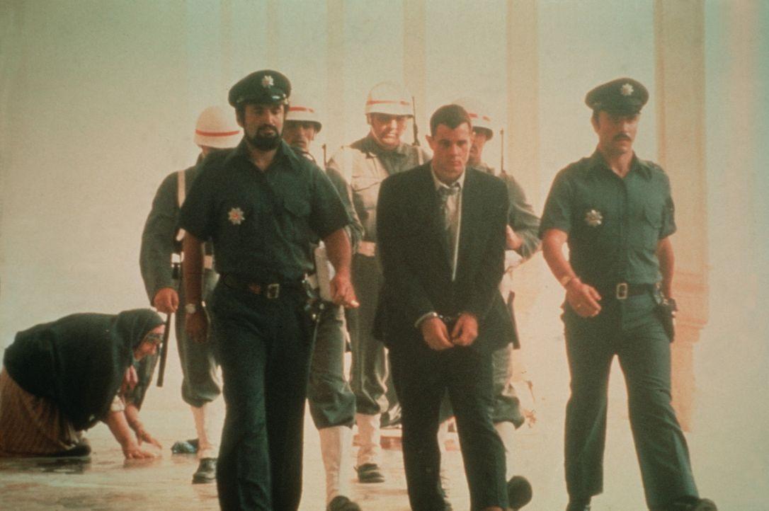 Billy Hayes (Brad Davis, 2.v.r.) wird von der türkischen Polizei abgeführt ... - Bildquelle: Sony Pictures Television International. All Rights Reserved.