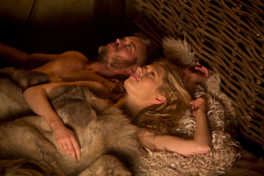 Ragnar (Travis Fimmel, l.) und Lagertha (Katheryn Winnick, r.) führen eine glückliche Ehe, aber Ragnars Bruder würde alles dafür tun, dieses Glück z... - Bildquelle: 2013 TM TELEVISION PRODUCTIONS LIMITED/T5 VIKINGS PRODUCTIONS INC. ALL RIGHTS RESERVED.