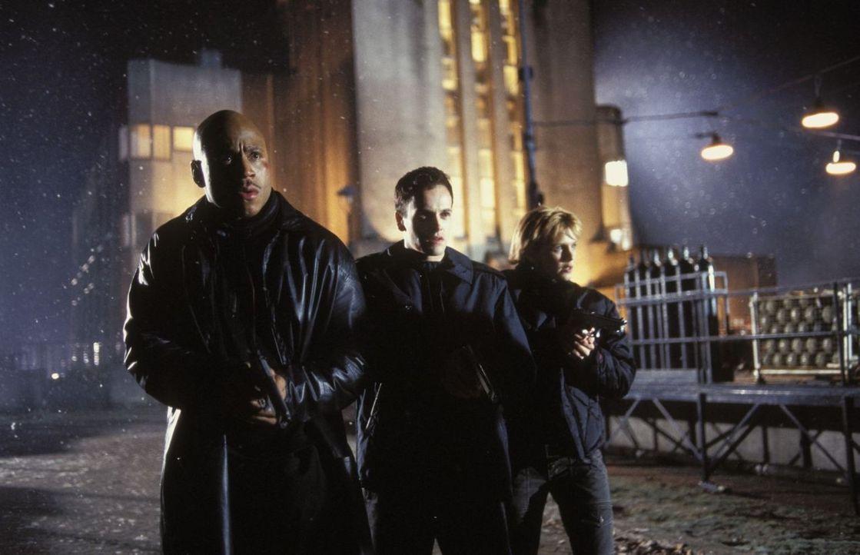 Eine angebliche Übung wird für Sarah (Kathryn Morris, r.), Lucas (Jonny Lee Miller, M.) und Gabe (LL Cool J, l.) zum Kampf um Leben und Tod ... - Bildquelle: Tobis Film