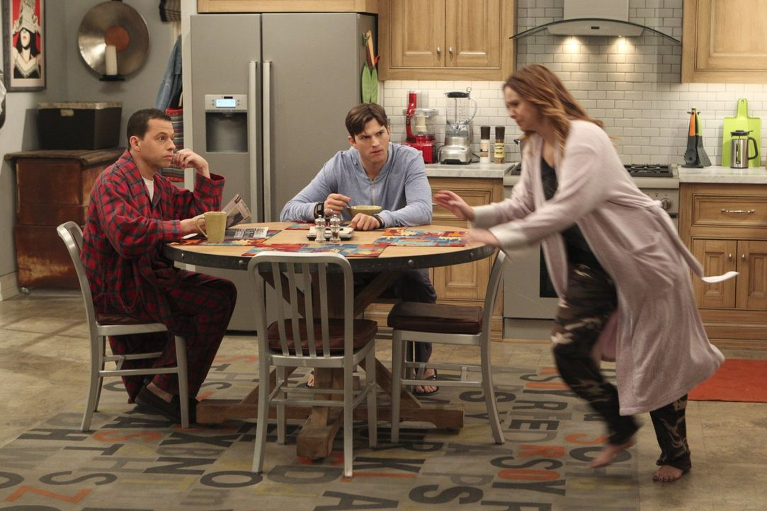 Während Alan (Jon Cryer, l.) in Erwägung zieht, wieder mit Judith zusammenzukommen, was Walden (Ashton Kutcher, M.) gar nicht gefällt, hat Jenny (Am... - Bildquelle: Warner Brothers Entertainment Inc.