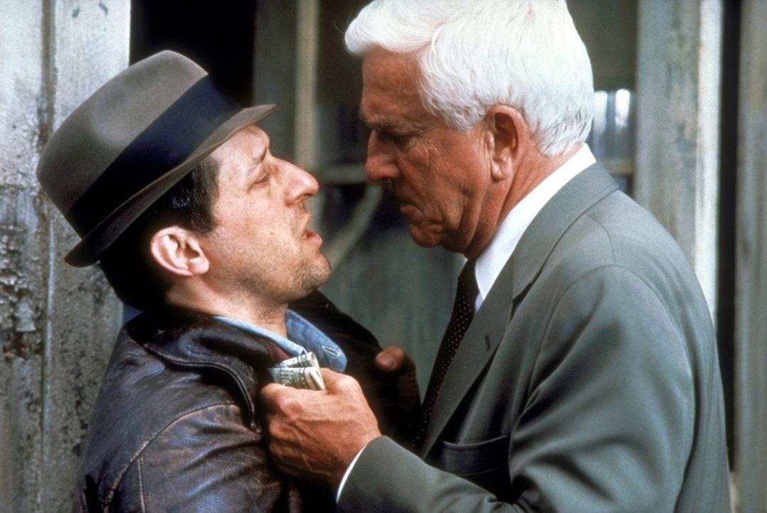 Er hat seine Informanten überall: Polizeileutnant Frank Drebin (Leslie Nielsen, r.) bei der Arbeit. - Bildquelle: Paramount Pictures