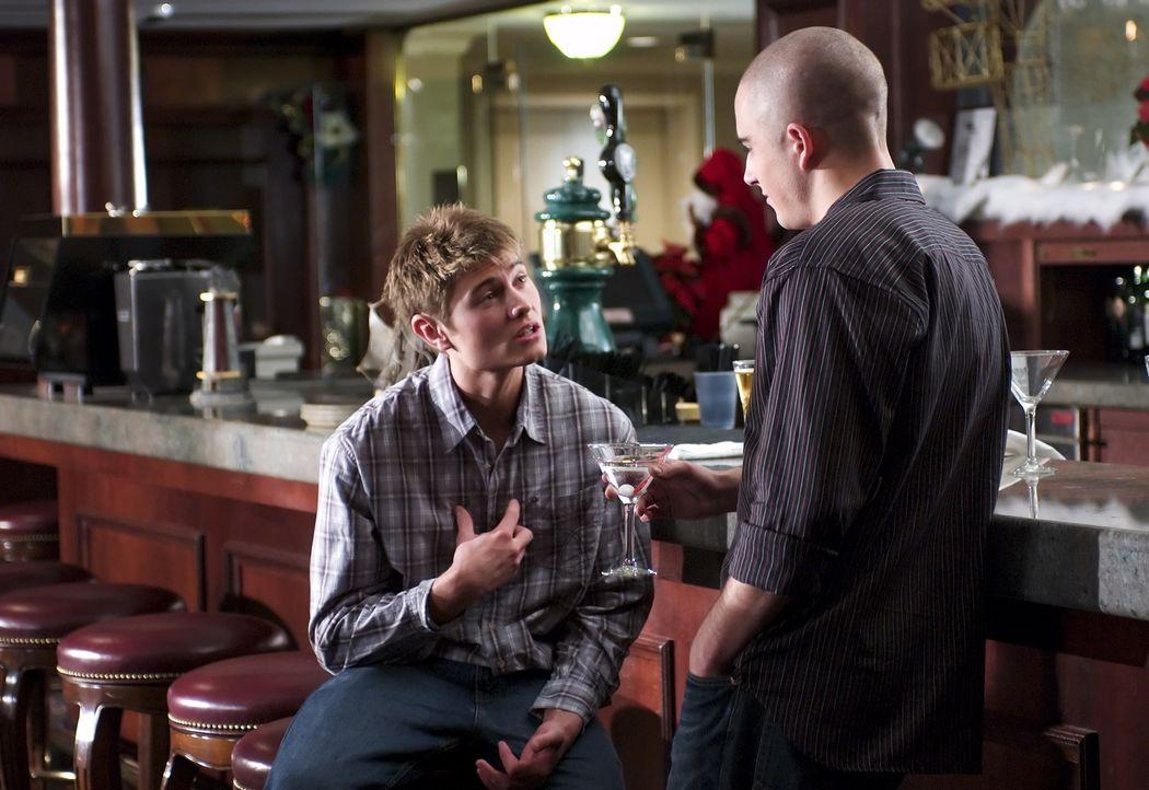 Mitschüler Victor (Graham Kosakoski, r.) hat Lee (Sebastian Gacki, l.) sofort in der Hand. Der smarte, junge Mann versteht es, die Neuankömmlinge vo... - Bildquelle: Regent Entertainment