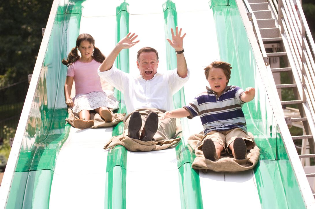 Als eines Tages Dans (Robin Williams, M.) Ex-Frau Vicky auftaucht und ihm mitteilt, dass er Vater von Zwillingen (Ella Bleu Travolta, l. und Conner... - Bildquelle: Walt Disney Pictures.  All rights reserved