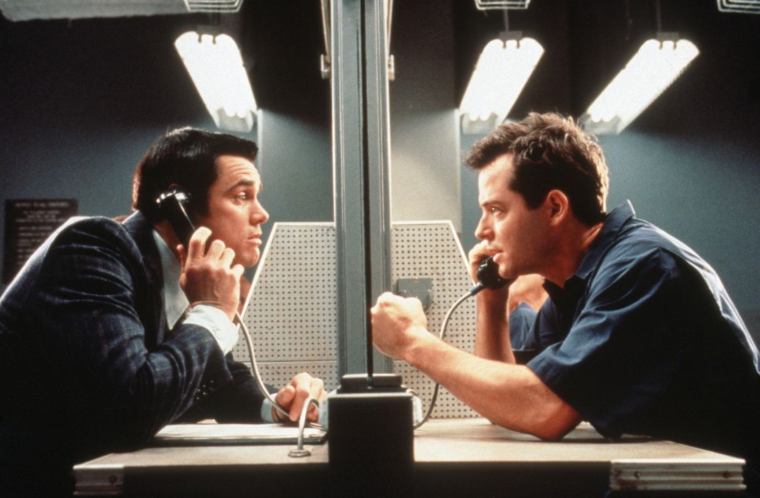 Chips (Jim Carrey, l.) kleine Scherze bringen Steven (Matthew Broderick, r.) ins Gefängnis. Doch als es darum geht, wieder rauszukommen, mimt Chip d... - Bildquelle: Columbia TriStar