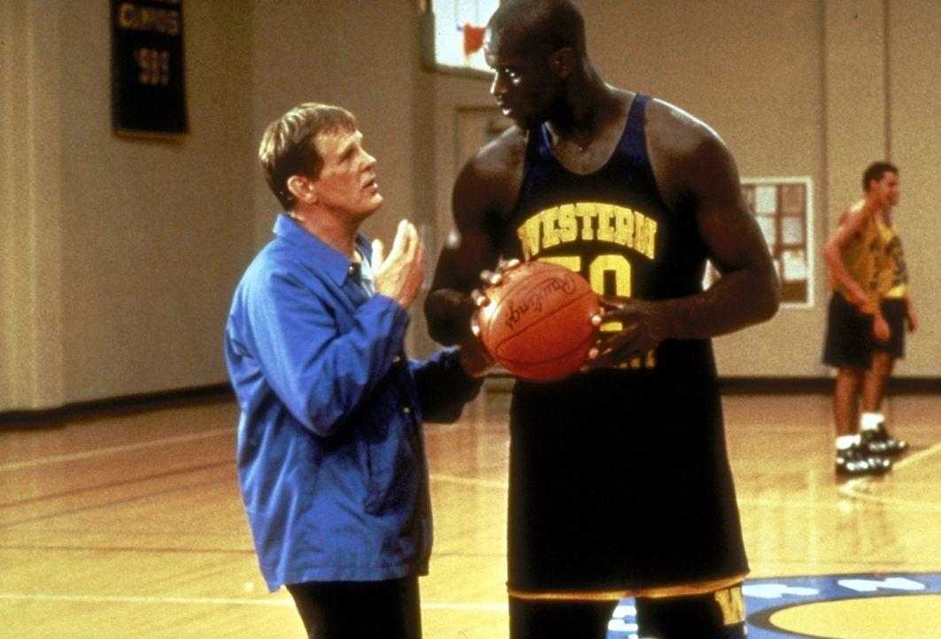 Bereitwillig befolgt der unerfahrene Riese Neon (Shaquille O'Neal, vorne r.) die Ratschläge seines neuen Coachs Pete Bell (Nick Nolte, l.) ... - Bildquelle: Paramount Pictures