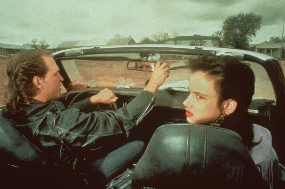 Auf einer Erfolgswelle werden Mickey (Woody Harrelson, l.) und Mallory Knox (Juliette Lewis, r.) wahllos mordend durch die USA getragen ... - Bildquelle: Warner Bros.