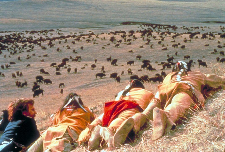 Im Laufe der Zeit taucht John (Kevin Costner, l.) immer tiefer in die Welt der Indianer ein. Langsam wird er zu einer weißen Rothaut ... - Bildquelle: Orion Pictures Corporation