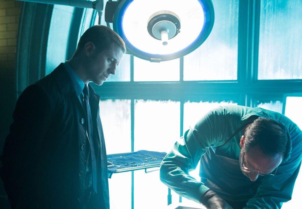 Als ein Killer die erstgeborenen Kinder elitärer Familien ins Visier nimmt, versucht James Gordon (Ben McKenzie, l.) alles, um den Täter zu fassen .... - Bildquelle: Warner Bros. Entertainment, Inc.