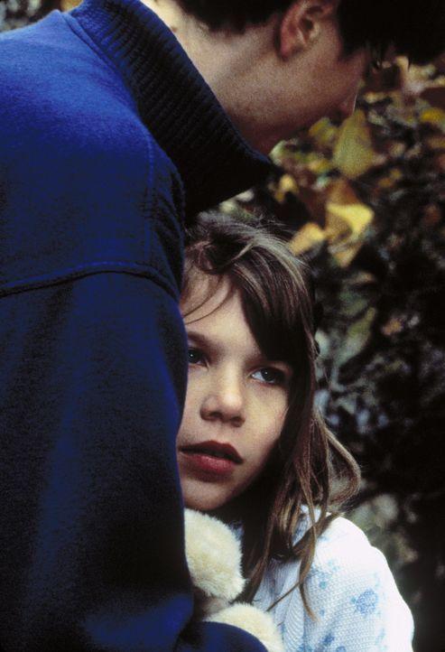 Mulder (David Duchovny, l.) findet heraus, dass Teena und Cindy (Sabrina/Erika Kreivins, r.), die Töchter der beiden Mordopfer, genmanipulierte Ret... - Bildquelle: TM +   Twentieth Century Fox Film Corporation. All Rights Reserved.