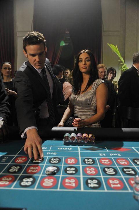 Werden Pete (Eddie McClintock, l.) und Myka es schaffen, Jillian (Erica Cerra, r.) und ihrem Ehemann das Artefakt wieder abzunehmen? - Bildquelle: Philippe Bosse SCI FI Channel