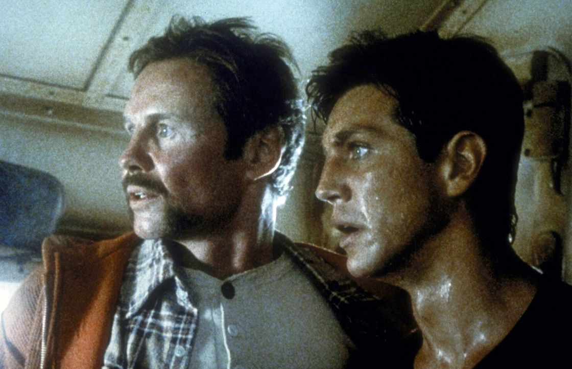 Voller entsetzen bemerken die entflohenen Häftlinge Manny (Jon Voight, l.) und sein Kumpan Buck (Eric Roberts, r.), dass sie sich in einem führerl... - Bildquelle: Cannon Releasing Corp.