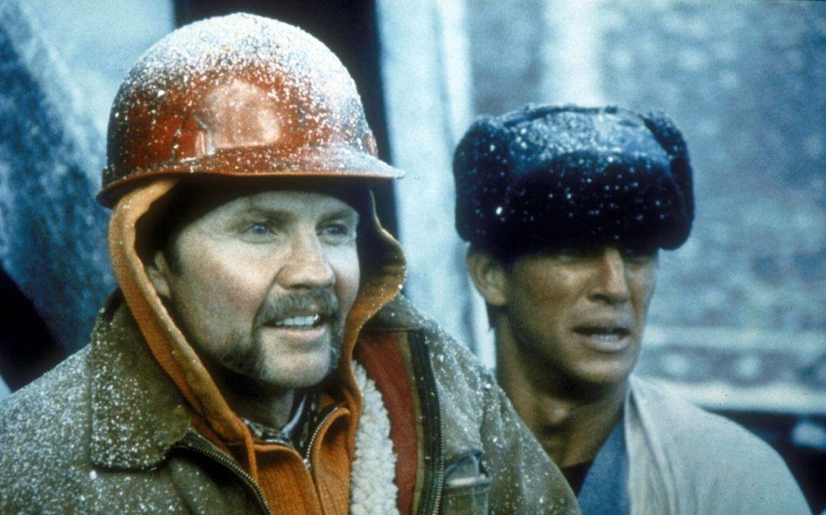 Die Schwerverbrecher Manny (Jon Voight, l.) und Buck (Eric Roberts, r.) werden vom Gefängnisdirektor Ranken schwer schikaniert - bis ihnen eines Ta... - Bildquelle: Cannon Releasing Corp.