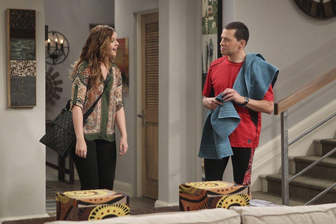 Während Jenny (Amber Tamblyn, l.) Unterstützung von Walden erhält, um Ehrgeiz für die eigene Karriere zu entwickeln, möchte sich Alan (Jon Cryer, r.... - Bildquelle: Warner Bros. Television