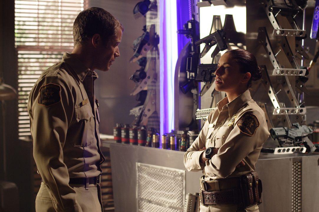 Im letzten Augenblick kann Carter (Colin Ferguson, l.) Jo Lupo (Erica Cerra, r.) und die anderen überzeugen, dass sie einer Wahnvorstellung unterlie... - Bildquelle: Universal Television
