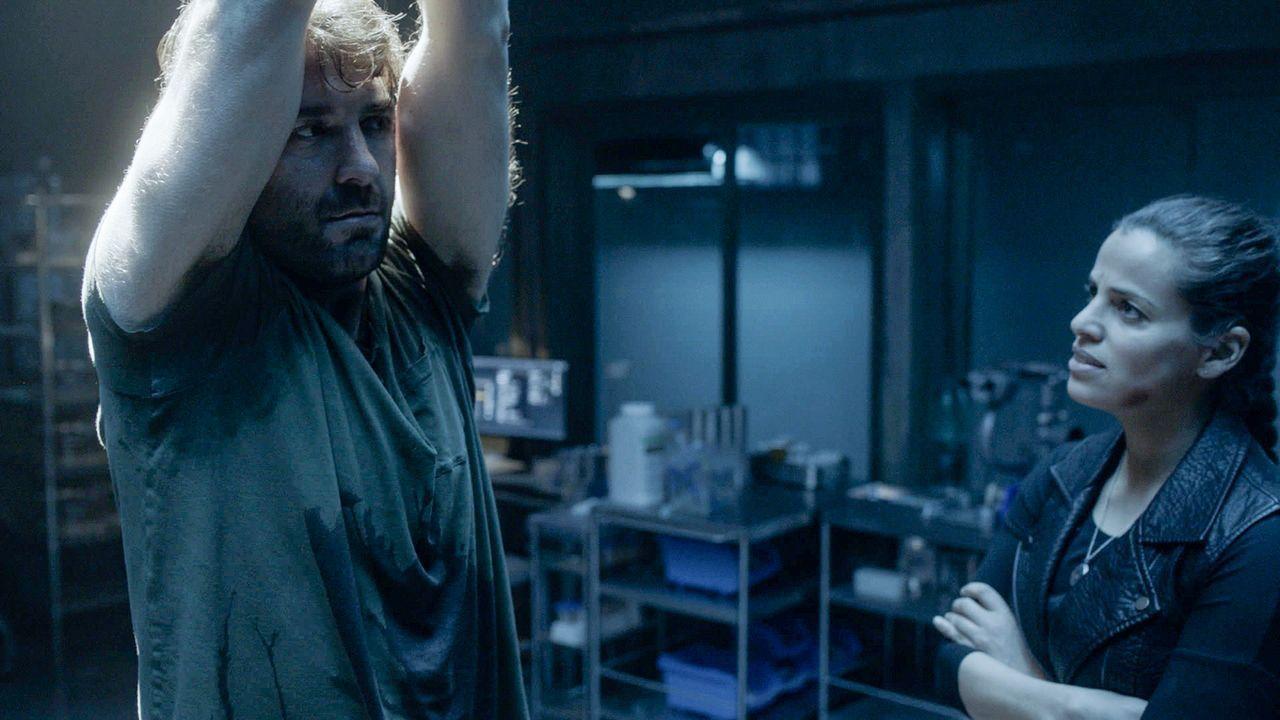 Abigail (Athena Karkanis, r. ) hat Jackson (James Wolk, l.) entführt und hält ihn gefangen ... - Bildquelle: 2017 CBS Broadcasting, Inc. All Rights Reserved
