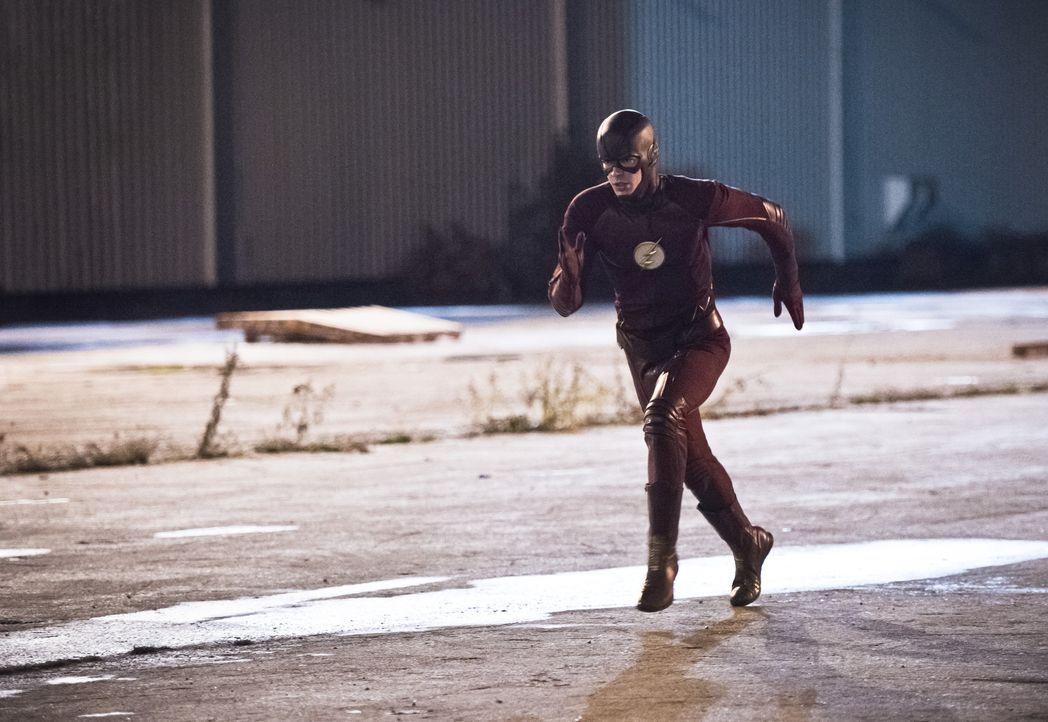 Ein Metahuman, der sich in flüssiges Asphalt verwandeln kann, hält Barry alias The Flash (Grant Gustin) und sein Team in Atem ... - Bildquelle: 2015 Warner Brothers.
