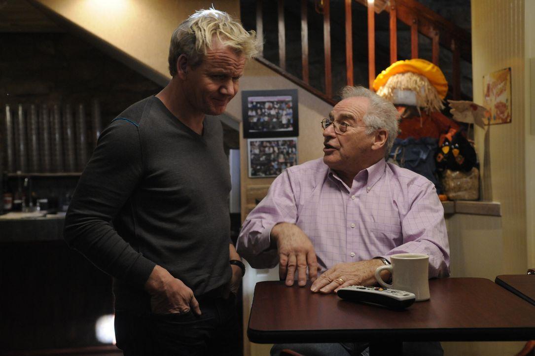 """Nach Jahren kehrt Gordon Ramsay (l.) ins """"The Junction"""" zurück und überprüft, ob Chef Oliver (r.) auch all die Ratschläge umgesetzt hat ... - Bildquelle: Fox Broadcasting.  All rights reserved."""